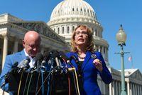 Det förra kongressledamoten Gabrielle Giffords, här tillsammans med sin make Mark Kelly, i Washington DC kort efter fjolårets masskjutning i Las Vegas. Arizonademokraten Giffords överlevde ett mordförsök och är mycket aktiv i kampen för striktare vapenlagar.