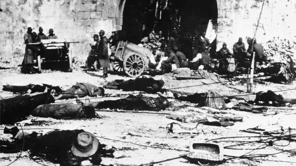 Döda kroppar på gatan efter en attack från den japanska armén mot den dåvarande kinesiska huvudstaden Nanjing, december 1937. Hundratusentals kineser utsattes för massakrer och våldtäkter av den japanska kejserliga armén.