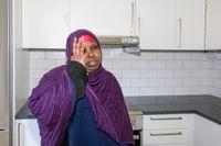 Fadouma Mohamud i sin nya lägenhet som hon känt sig tvungen att flytta till.