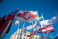 Borgmästaren i Riga har bytt ut den belarusiska flaggan mot den belarusiska oppositionens flagga (i mitten).