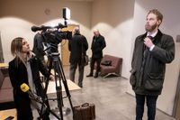 Journalisten Henrik Evertsson åtalas för brott mot gravfriden efter att i september 2019 ha skickat ner en undervattensrobot och filmat Estonias vrak. Rättegången inleddes i Göteborg måndagen 25 januari.