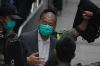 Den prodemokratiske mediemogulen Jimmy Lai lämnar Hongkongs högsta domstol på tisdagen.
