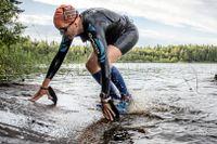 Swimrunträning i Åkersberga norr om Stockholm. Tove Strömberg springer och simmar i Trastsjöskogen. Personerna på bilden har inget med artikel att göra.