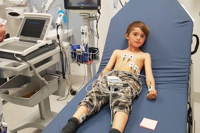 Ludvig fick åka till Karolinska Universitetssjukhuset i Solna direkt efter olyckan. Här undersöker läkarna att hans hjärta mår bra. Foto: Privat