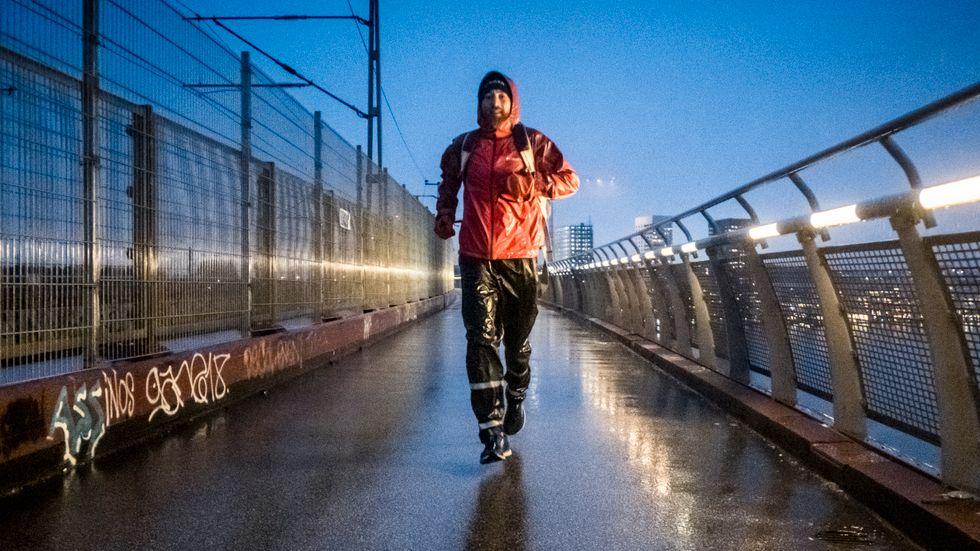 Varje dag springer Johan Steene en mil från hemmet på Södermalm till jobbet i Solna och sen hem igen. Inför tävlingar blir det en mil till på kvällen.
