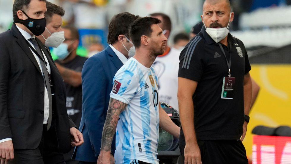 Argentinas Lionel Messi går av planen sedan VM-kvalmatchen mot Brasilien stoppats.