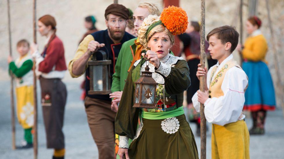 Bock Ragna, spelad av Caroline Rendahl, och Jobs Mats, Carl Jacobson, i en skog av människor.
