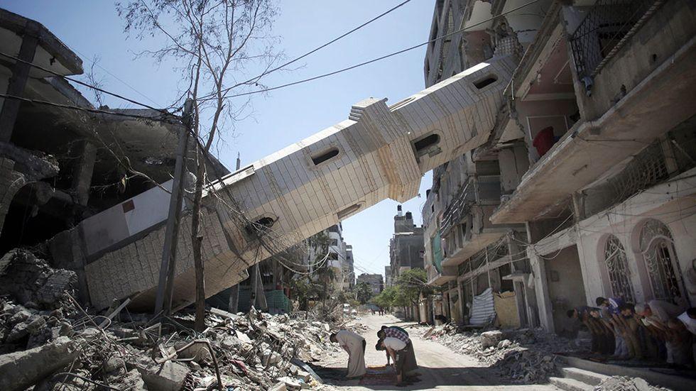 Fredagsbön i Gaza, under en minaret som förstörts under kriget.