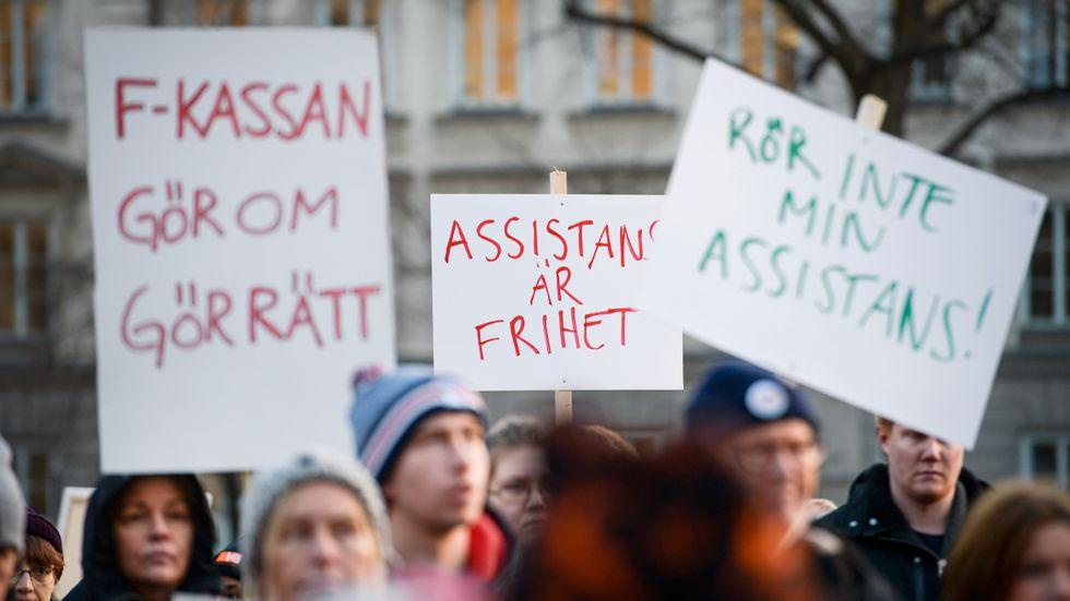 En manifestation 2016 för rätt till personlig assistans. Sedan dess har antalet personer med så stora behov att de beviljas statlig assistansersättning dock minskat. Arkivbild.