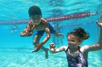 Det är viktigt att känna sig trygg även med huvudet helt under vattenytan. Det gör Ahmed och Alva. Foto: Lars Dareberg