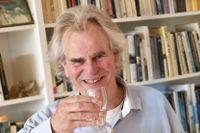 Skål för Nobelpriset! Förläggaren Henrik Celander tar emot medieuppbådet i sitt hem i Lund, där han driver förlaget Celanders, som gett ut två titlar av Abdulrazak Gurnah.