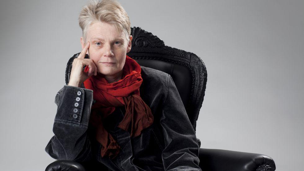 Eva-Marie Liffner (f 1957) är flerfaldigt prisbelönt för sina historiska romaner som blandar fantasi, om  bland andra Carl Jonas Love Almqvist och syskonen Brontë. I sin nya dokumentärroman ger hon Fredric  Af Chapman  kropp.