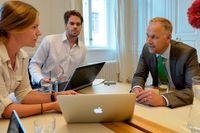 Vänsterpartiets ledare Jonas Sjöstedt intervjuas av SvD:s Tobias Brandel och Jenny Stiernstedt.