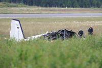Poliser på plats vid flygplansvraket i närheten av Örebro flygplats under fredagen.