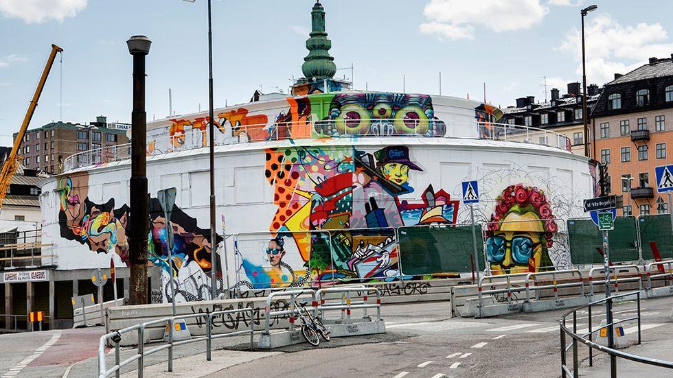 Kolingsborg vid Slussen  har målats vitt och under sommaren bjuder Stockholm stad in gatukonstnärer att måla om byggnaden.