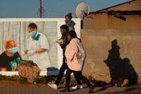 En familj passerar en muralmålning som uppmuntrar till vaccinering mot covid utanför Johannesburg, Sydafrika, på onsdagen. Liksom flera andra afrikanska länder drabbas Sydafrika av en tredje våg av pandemin.