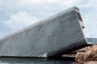 Restaurang Under sticker upp ur havet som en enorm betongkloss. Byggnaden är ritad av norska arkitektbyrån Snøhetta.