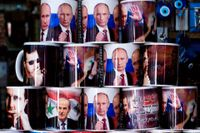 Muggar med bilder av Vladimir Putin och Bashar al-Assad till salu i Damaskus.