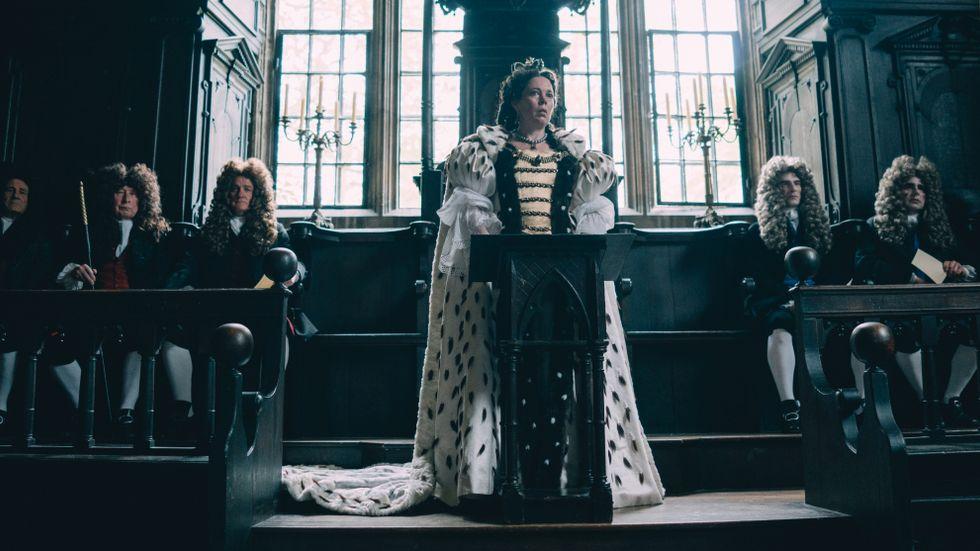 Olivia Colman som drottning Anna.