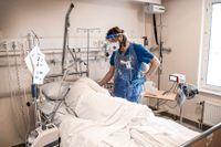 Per Cajander har under pandemin haft medicinskt ansvar för högflödesbehandlingen i Örebro. Här tittar han till en patient som tack vare behandlingen inte behöver vårdas på iva.