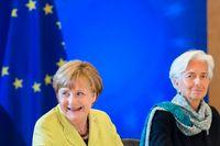 IMF-chefen Christine Lagarde (till höger), som diskuterade frågan med Tysklands förbundskansler Angela Merkel (till vänster) i veckan, ser behov av grekiska skuldlättnader. Arkivbild.