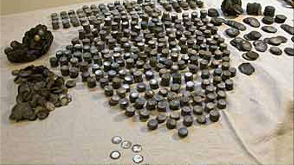 Skatten består av 6246 fyraöresmynt i silver, 168 mark- och dalermynt, samt 677 mässingsknappar trädda på mässingstråd.