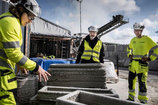 Tobias von Haslingen och de två kollegorna Lennart Lindgren och Henrik Ahlberg visar material från tidigare utskrifter. Det finns utmaningar och framtidsplaner.