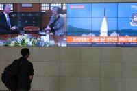 En man ser en projektil avfyras från Nordkorea på sydkoreansk tv tidigare i år. Arkivbild.