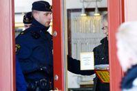 Poliser och tekniker i den rånade guldbutiken i Vasastan på torsdagen.