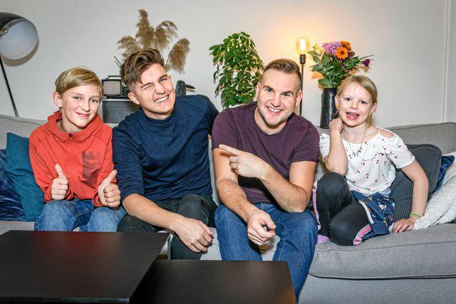 Daniel och Emil Norberg gör parodier på låtarna i Melodifestivalen. Melvin, 13 år och Edit, 8 år träffade killarna hemma hos Emil.