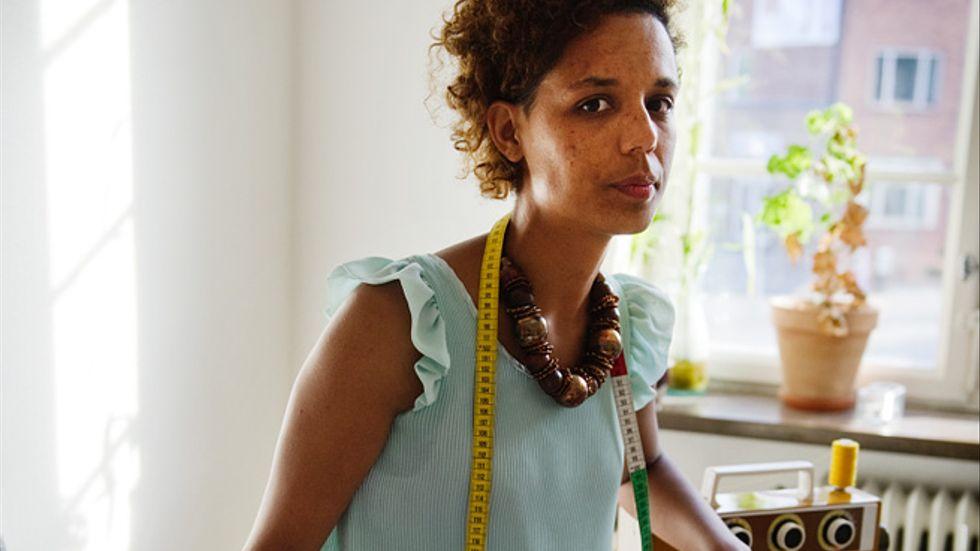 """Att skaffa en extra examen lönar sig inte, enligt en ny Saco-rapport. Sofie Boman, 30, kan snart titulera sig master. Sedan tidigare har hon två kandidatexamina. Textildesign, som hon också utbildat sig inom, är mer på hobbynivå. """"Man får hoppas att det ska löna sig i kuvertet på något sätt"""", säger hon."""