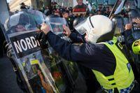 Demonstranter från Nordiska motståndsrörelsens (NMR) konfronteras av kravallpoliser vid demonstrationen i Göteborg 30 september. Arkivbild.