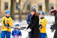 Catherine Middleton, hertiginnan av Cambridge, gör mål på första försöket. Åskådare är AIK:arna Anna Widing och Linnea Larsson.