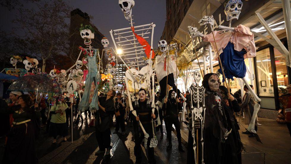 Halloween i New York. Ett gott tecken: folk vidhåller sina traditioner trots att somliga förklarar att apokalypsen snart är över oss.