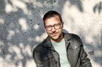 """Mats Kolmisoppi (född 1976) är författare och litteraturkritiker. Han debuterade 2001 med novellsamlingen """"Jag menar nu"""", som nominerades till Borås Tidnings debutantpris."""