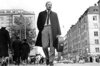 Olle Adolphson promenerar på Hornsgatan i Stockholm inför ett framträdande på Hornsgatans dag 1968.