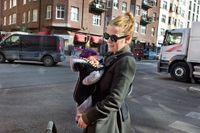 Ingrid Eurenius med sonen Alvar försöker undvika de mest trafikerade gatorna i Stockholm.