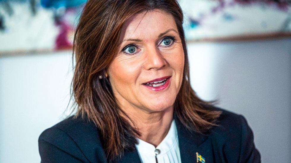 Eva Nordmark, arbetsmarknadsminister, utesluter inte hårdare lagstiftning kring arbetsplatser som inte tar smittrisken på allvar.