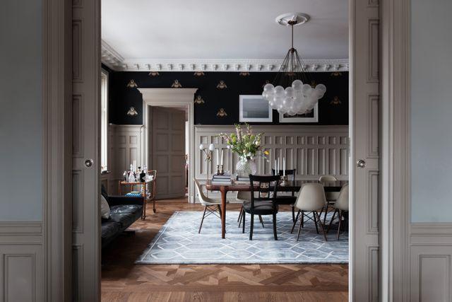 De vackra bröstpanelerna i matsalen är original från 1898. Tapeten har Charlotta hittat i London och taklampan är signerad Apparatus.