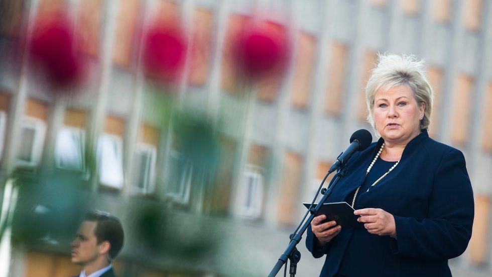 Norges statsminister Erna Solberg talar på årsdagen av dåden.