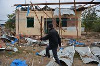 En man går förbi ett hus i azeriska Agdam som förstörts under striderna. Bild från 1 oktober.