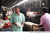 Nattåget mot Bangkok har rullat in på stationen och resenärerna har chans att köpa färdkost.