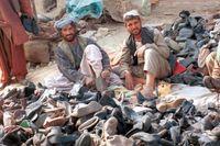 En europeisk hjälpsändning av skor har nått Kandahar, Afghanistan, hösten 1999.