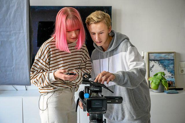 Adrian och Klara filmar även när de poddar - och lägger upp filmen på Youtube. Foto: Ari Luostarinen