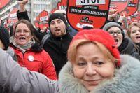 Människor protesterar en antiabortlag i Polen, i mars 2018.