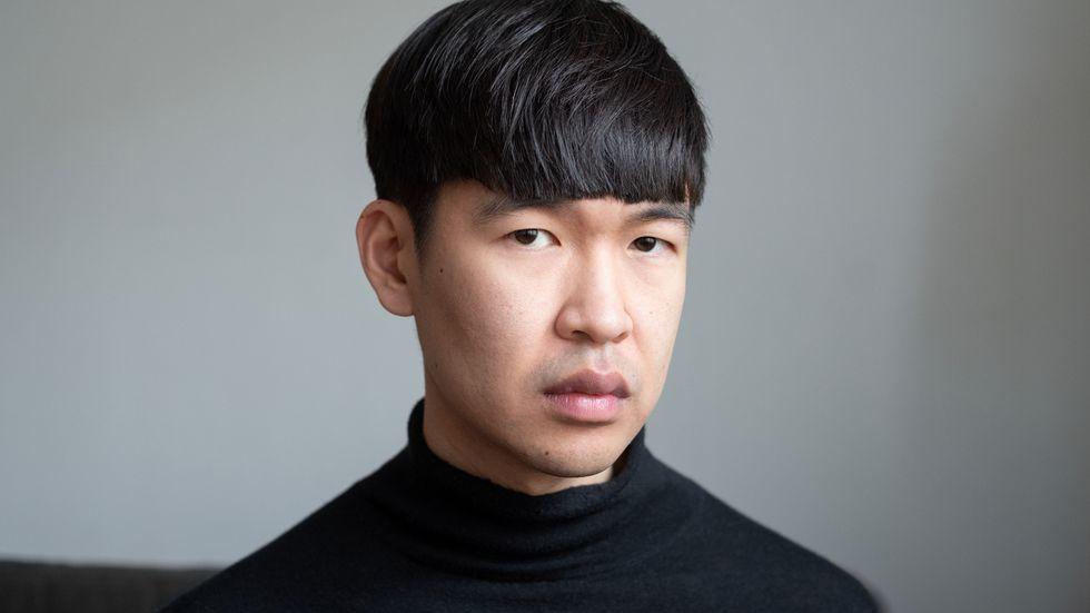 """Quynh Tran, född 1989 och uppvuxen i Jakobstad, är författare och psykolog. """"Skugga och svalka"""" är hans första roman."""