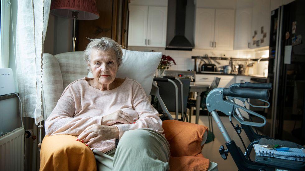 Eftersom hon säger nej till ovaccinerade får Katarina Berglund inte all hjälp hon beviljats från hemtjänsten.