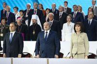 """Belarus diktator Aleksandr Lukasjenko, i mitten, då nationalsången spelades under den så kallade """"Folkets rådgivande församling"""" i Minsk på torsdagen."""