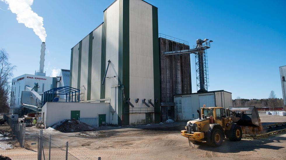 En hjullastare fyller på biobränsle till kraftvärmeverket i Enköping.