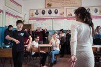 Efter en lektion dansar elever den kaukasiska folkdansen lezginka i en högstadieskola i byn Belidzji i Dagestan.